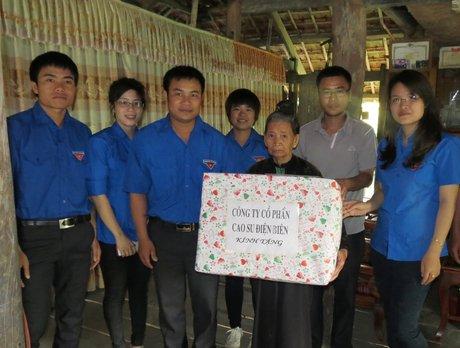 Đoàn TN Công ty CS Điện Biên tặng 5 suất quà cho các gia đình chính sách
