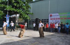 Các VĐV tham gia thi  nhảy bao bố