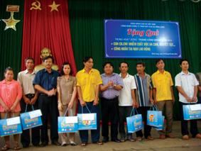 Chủ tịch CĐ CSVN Phan Mạnh Hùng và TGĐ Công ty CS Bình Long Lê Văn Vui, trao quà cho các em nhiễm chất độc da cam, khuyết tật