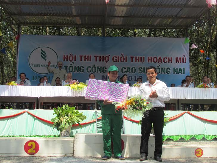 Trần Quốc Chí nhận giải nhất Hội thi thợ giỏi thu hoạch mủ TCT CS Đồng Nai