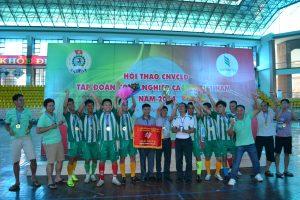 Ông Phan Viết Phùng - Phó Ban Tổ chức trao cup vô định cho đội Công ty CP Thương Mại - Dịch vụ và Du lịch Cao su
