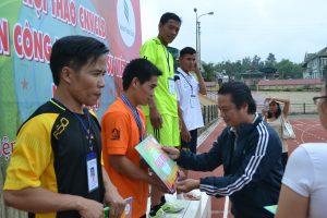 Ông Phan Viết Phùng - Phó Ban tổ chức trao huy chương các loại cho vận động viên bộ môn điền kinh cự ly 200 mét nam