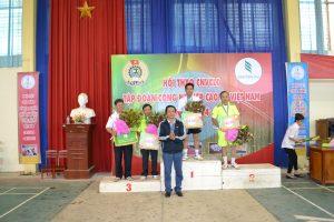 Ông Phan Viết Phùng - Phó Ban tổ chức trao huy chương các loại cho vận động viên bộ môn cầu lông đơn nam     từ 45 tuổi trở lên