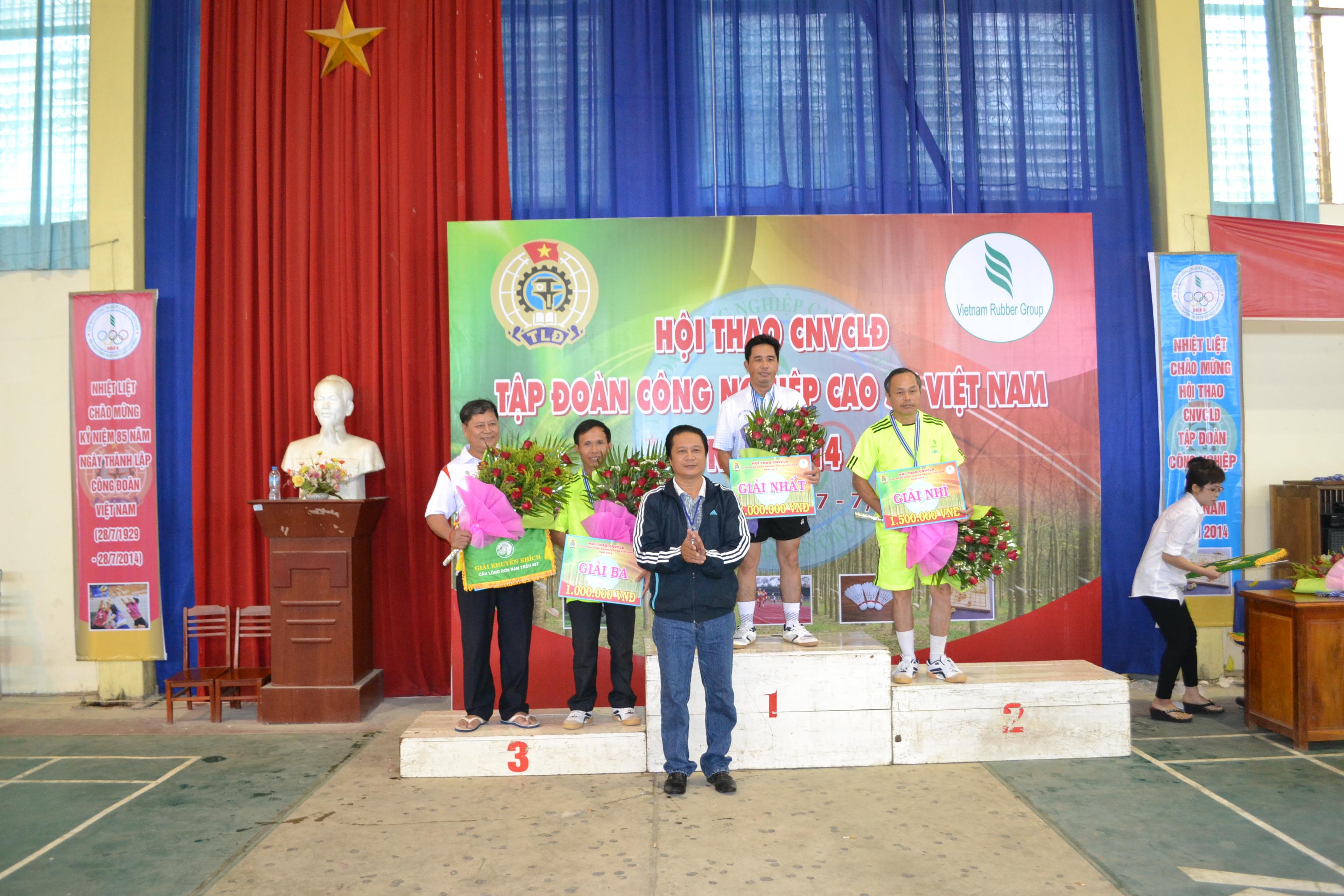 Description: Ông Phan Viết Phùng - Phó Ban tổ chức trao huy chương các loại cho vận động viên bộ môn cầu lông đơn nam     từ 45 tuổi trở lên