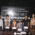 CĐ Cao su Lai Châu 2 trao quà cho học sinh vượt khó