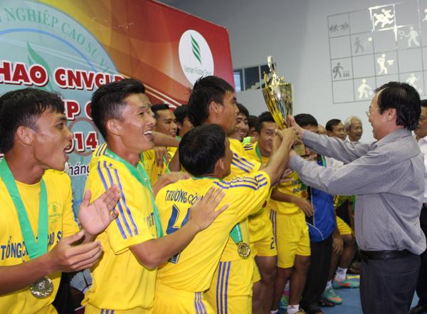 Phó TGĐ VRG Lê Xuân Hòe – Trưởng Ban tổ chức Hội thao trao cúp vô địch cho đội Cao su Đồng Nai