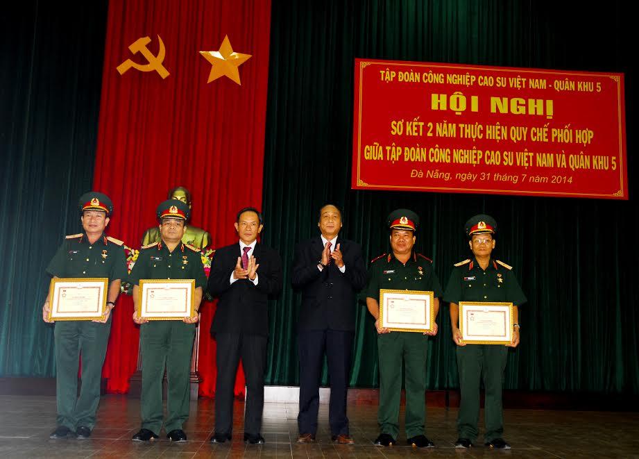 Lãnh đạo VRG trao tặng kỷ niệm chương vì sự nghiệp phát triển cao su cho lãnh đạo QK 5