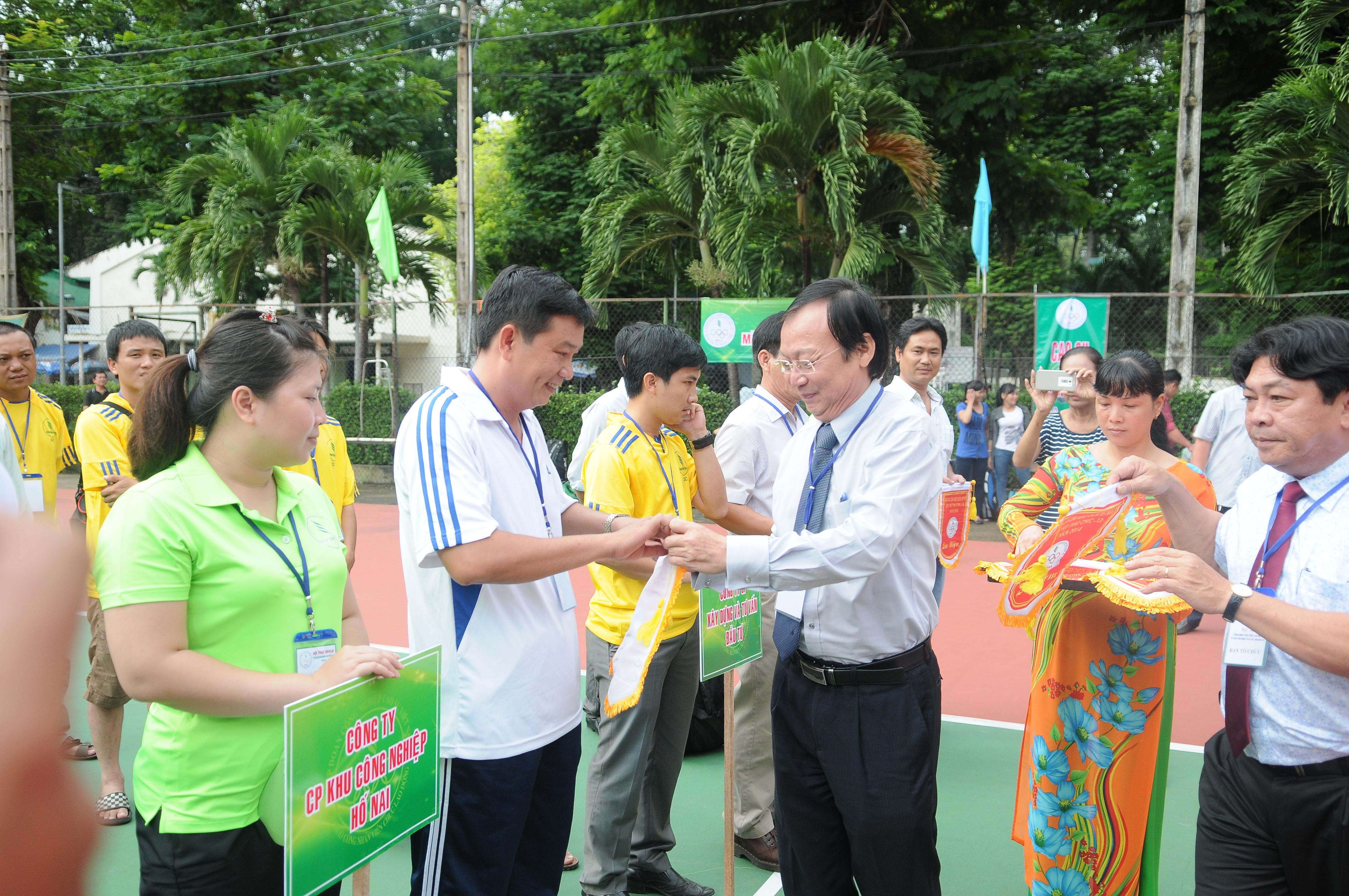 Ông Lê Xuân Hòe trao cờ lưu niệm cho các đơn vị tham gia Hội thao