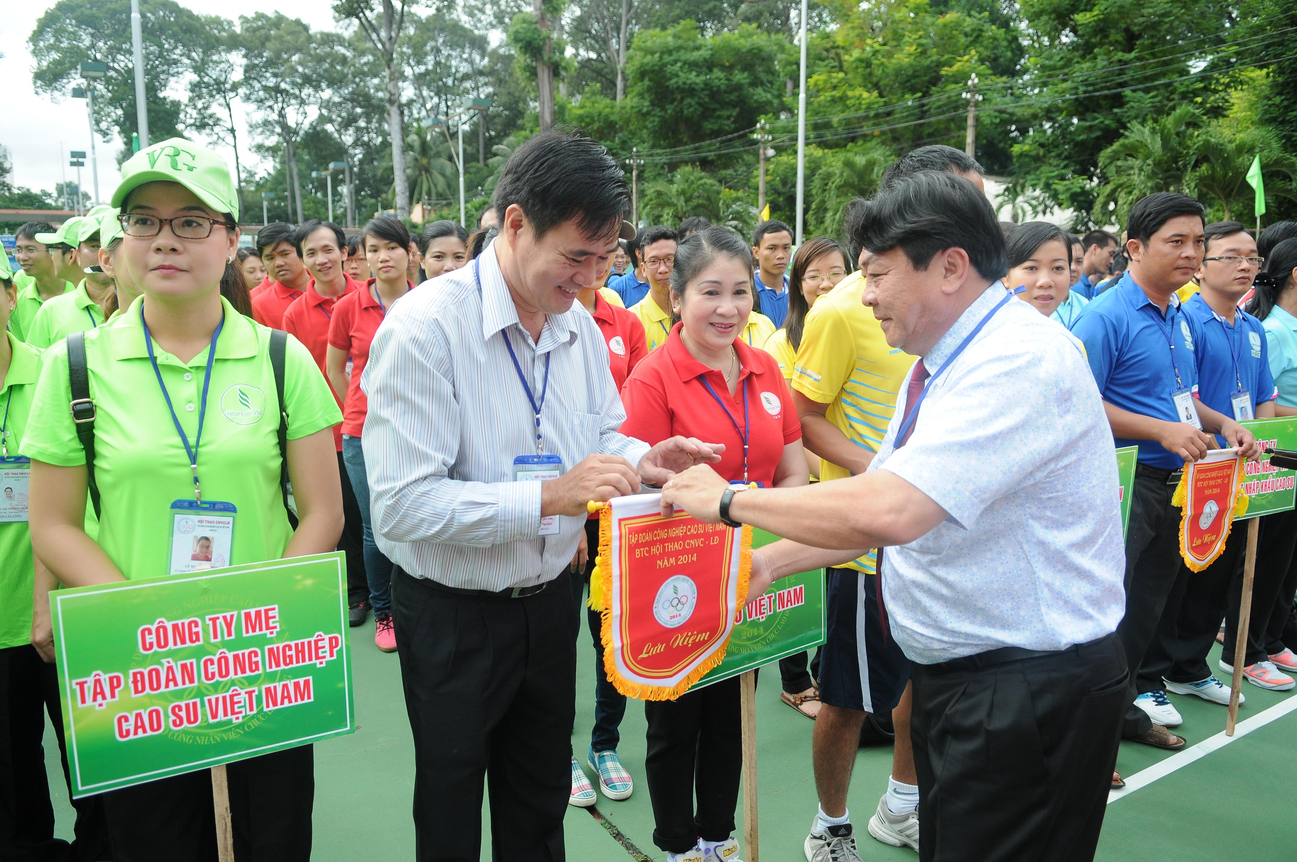 Ông Phan Mạnh Hùng - Chủ tịch Công đoàn CSVN trao cờ lưu niệm cho đội Tạp chí CSVN