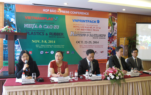 TS Trần Thị Thúy Hoa – Chánh Văn phòng VRA (ngoài cùng bên trái) phát biểu tại buổi họp báo