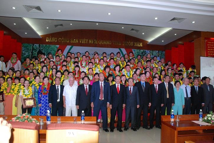 Description: ãnh đạo VRG, các đại biểu chụp ảnh lưu niệm với các gia đình được tuyên dương