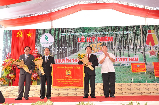 Description: ng Mai Đức Chính – Phó Chủ tịch Tổng LĐLĐ VN tặng bức trướng cho Công đoàn CSVN