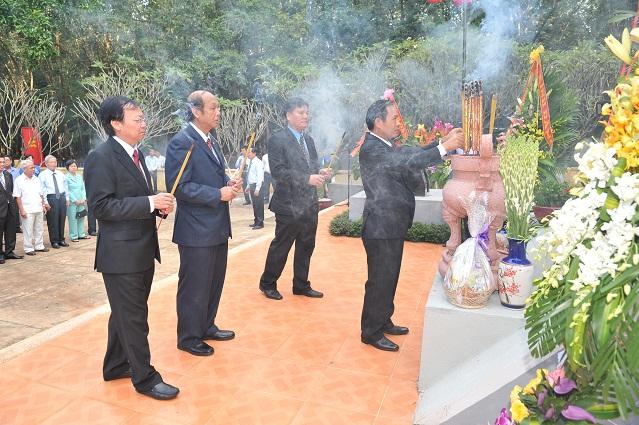 Description: ãnh đạo VRG dâng hương tại tượng đài Phú Riềng Đỏ