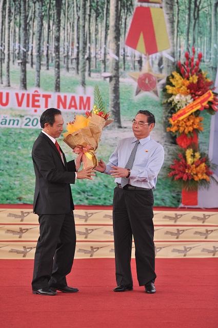 Description: GĐ Trần Ngọc Thuận tặng hoa cho đồng chí Lê Hồng Anh