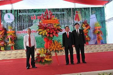 Description: ng Võ Sỹ Lực (bìa phải) và TGĐ Trần Ngọc Thuận đón nhận lẳng hoa của Nguyên Phó Thủ tướng Trương Vĩnh Trọng tại lễ kỷ niệm 85 năm truyền thống ngành cao su