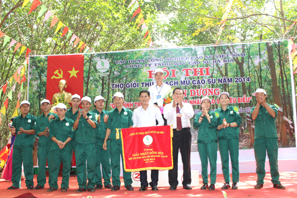 Ông Phạm Văn Chánh – Bí thư Đảng ủy, Chủ tịch HĐTV công ty trao giải nhất đồng đội cho NT Xà Bang
