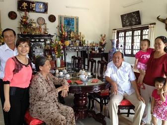 Lê Vy Thảo (thứ hai bên trái) cùng cha mẹ và ông bà ngoại trong một dịp họp mặt gia đình