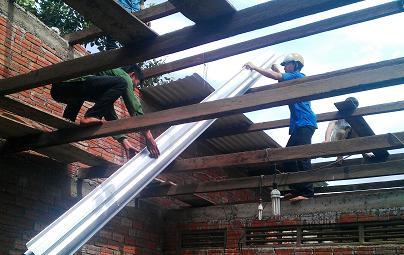 Các ĐVTN giúp tu sửa nhà cho gia đình Đoàn viên Đinh Thị Hường.