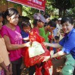 Chi đoàn Cơ quan CĐ CSVN: Tặng 51 phần quà Tết cho đồng bào Stiêng