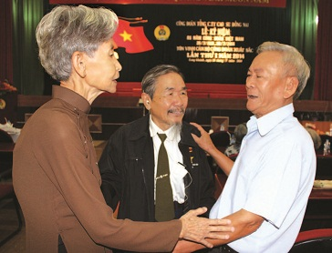 Bà Nguyễn Thị Thoại (trái) vui mừng gặp lại đồng nghiệp trong dịp Công đoàn TCT CS Đồng Nai tổ chức tuyên dương cán bộ Công đoàn lần thứ nhất. Ảnh: P.T