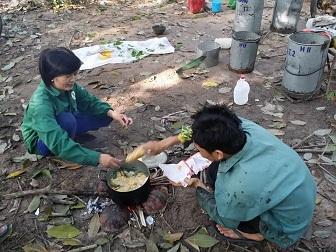 Công nhân nấu mì tôm ăn trên lô