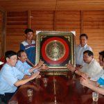Công đoàn Cao su Chư Prông thăm hỏi công nhân trồng mới tại Campuchia