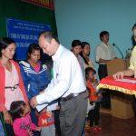 Tặng 300 suất quà cho trẻ em suy dinh dưỡng