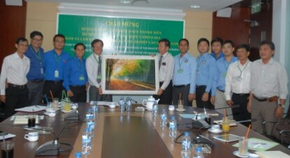 i diện lãnh đạo VRG, ông Huỳnh Trung Trực - Phó TGĐ (thứ 5 từ trái sang), tặng bức tranh lưu niệm cho đoàn công tác