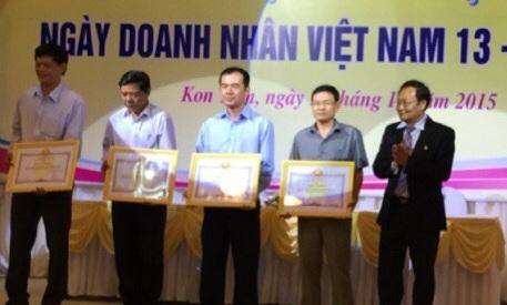 Ông Lê Đức Hân - Chủ tịch HĐTV công ty (thứ 2 từ phải qua) nhận bằng khen.