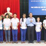 Tạp chí Cao su VN trao 20 suất học bổng cho con CBCNV Cao su Quảng Trị