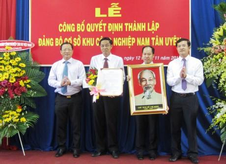 Đ/c Nguyễn Hữu Từ, Phó Bí thư Tỉnh ủy Bình Dương (bìa trái) trao quyết định thành lập Đảng bộ cơ sở KCN Nam Tân Uyên