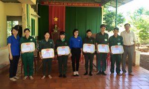 Chị Vũ Thị Thùy Trang - Bí thư ĐTN Cao su Lộc Ninh trao thưởng cho ĐVTN hoàn thành sớm KH sản lượng năm 2015