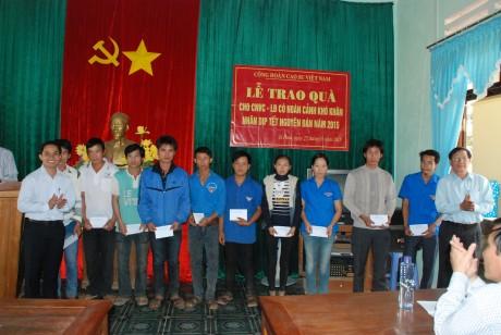 Lãnh đạo Công đoàn CSVN và Đoàn TN VRG trao quà cho thanh niên công nhân dịp Tết Ất Mùi. Ảnh: Văn Vĩnh