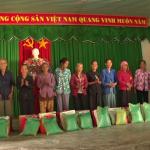 Khối thi đua số 9 VRG trao 105 phần quà cho các hộ nghèo