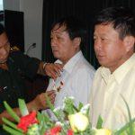 Bộ tư lệnh Bộ đội biên phòng trao kỷ niệm chương cho lãnh đạo Công ty Chư Păh và Mang Yang