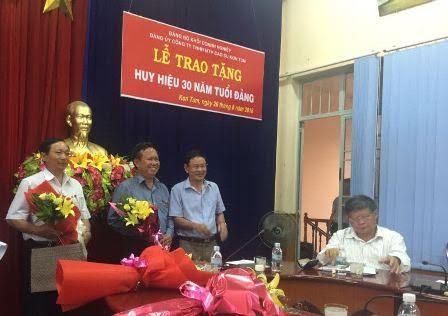 Trao huy hiệu 30 năm tuổi Đảng cho đ/c Lê Khả Liễm