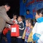 Đoàn thanh niên Cao su Chư Păh tặng quà cho trẻ em nghèo làng Opếch