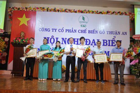 Các tập thể cá nhân nhận bằng khen tại hội nghị