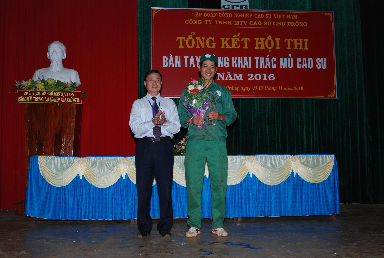 Ông Phan Sỹ Bình trao thưởng cho công nhân đoạt giải nhất tại Hội thi Bàn tay vàng. Ảnh: Văn Vĩnh