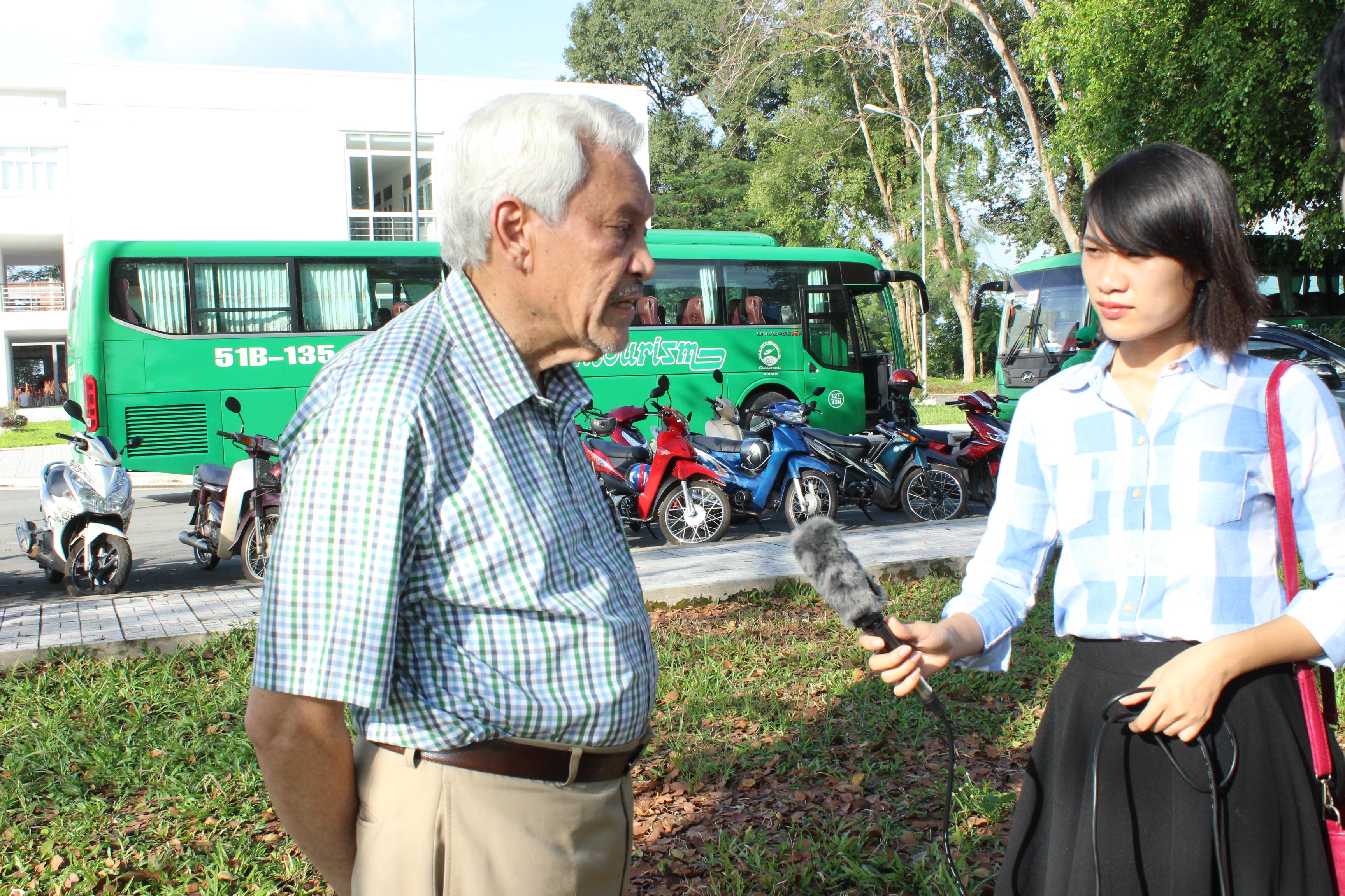 PV Quỳnh Mai phỏng vấn chuyên gia quốc tế về cao su. Ảnh: Phan Thắng