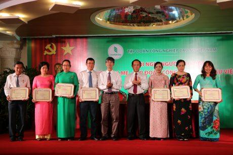 TGĐ VRG Trần Ngọc Thuận và TV HĐTV Trần Đức Thuận trao bằng khen cho các cá nhân đạt thành tích xuất sắc năm 2016.