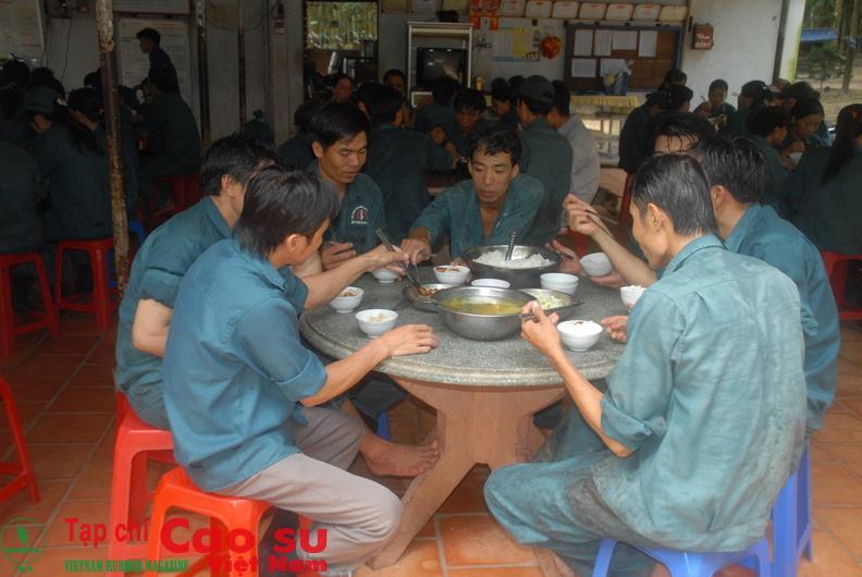 Cần nâng cao chất lượng bữa ăn giữa ca cho công nhân. Ảnh: Vũ Phong