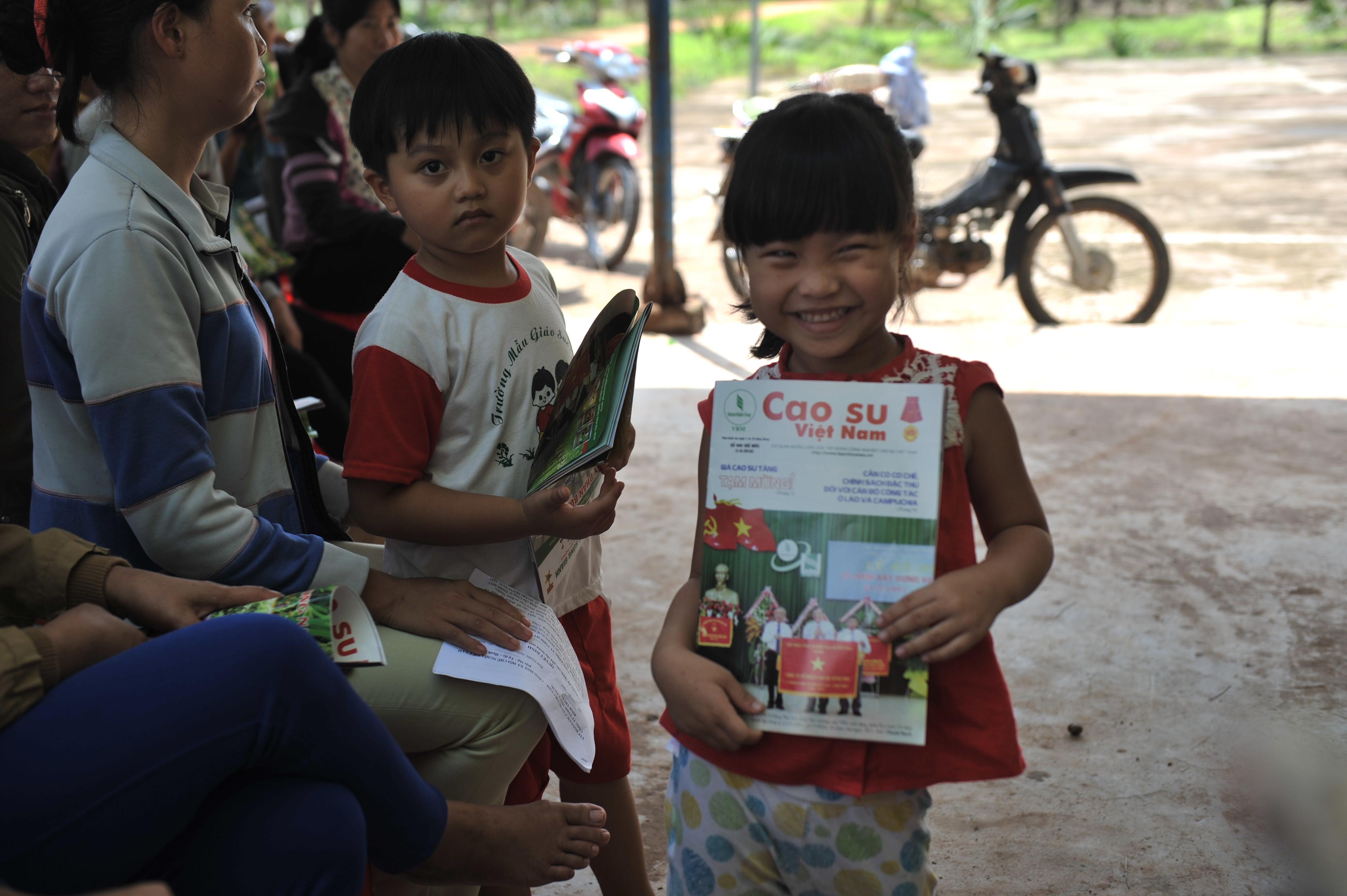 Con em công nhân cũng thích đọc Tạp chí Cao su VN. Ảnh: Tùng Châu