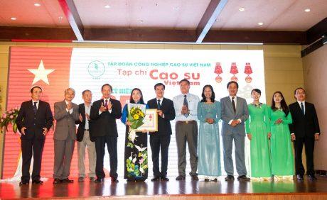 Lãnh đạo VRG trao Huân chương Lao động hạng I cho Tạp chí Cao su VN.