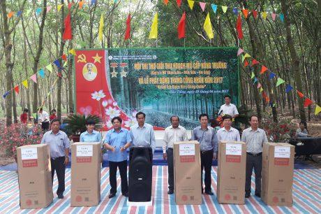 Ông Lê Thanh Hưng – Tổng Giám đốc Công ty và ông Phan Mạnh Hùng - Chủ tịch Công đoàn Cao su Việt Nam tặng bộ âm thanh di động cho Công đoàn cơ sở