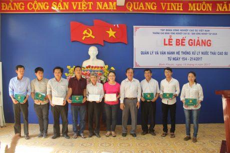 Ông Trần Minh – Trưởng Ban Công nghiệp Tập đoàn trao chứng nhận cho học viên