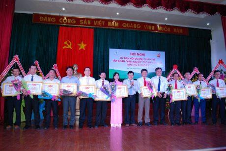 Chủ tịch HĐTV Võ Sỹ Lực và Chủ tịch hội danh dự Huỳnh văn Bảo tặng bằng khen của TW Hội doanh nhân trẻ VN cho các cá nhân xuất sắc trong công tác hội năm 2016
