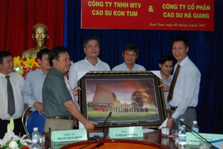 Cty Kon Tum tặng tranh cho Công ty Hà Giang