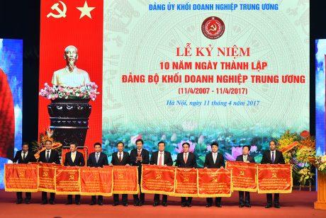 Đồng chí Trần Ngọc Thuận – UV Thường vụ Đảng ủy Khối DNTW, Bí thư Đảng ủy, TGĐ VRG (thứ 5, bên trái qua), đại diện Đảng bộ VRG nhận Cờ thành tích xuất sắc góp phần xây dựng Đảng bộ Khối DNTW.