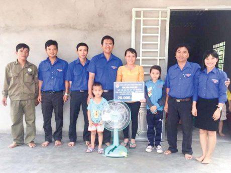 ĐTN công ty thăm và tặng quà cho thanh niên CN có hoàn cảnh khó khăn.